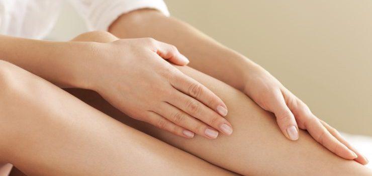 Mulher massageando as pernas