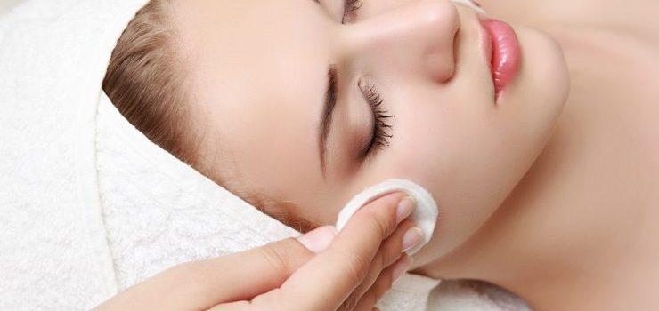 Moça fazendo limpeza de pele